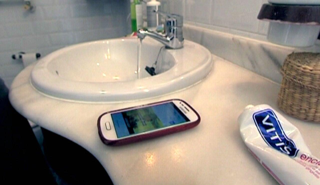 El móvil, presente hasta en un cuarto de baño