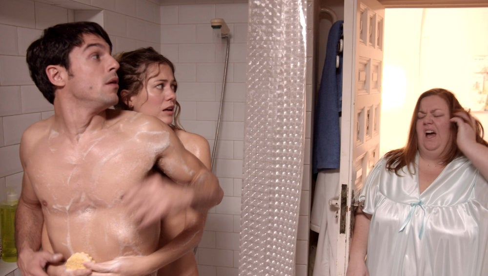 Santi y Rose duchándose