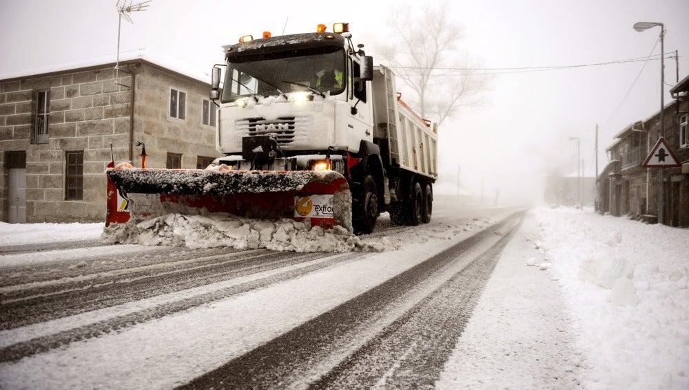 Un operario retira la nieve acumulada en una de las calles de la localidad oscense de Jaca