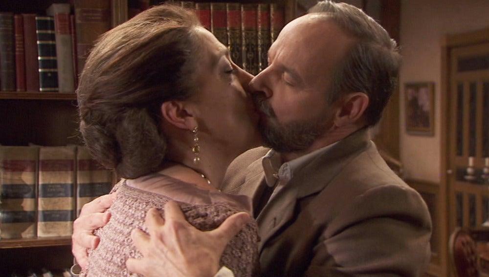 Francisca y Raimundo se besan