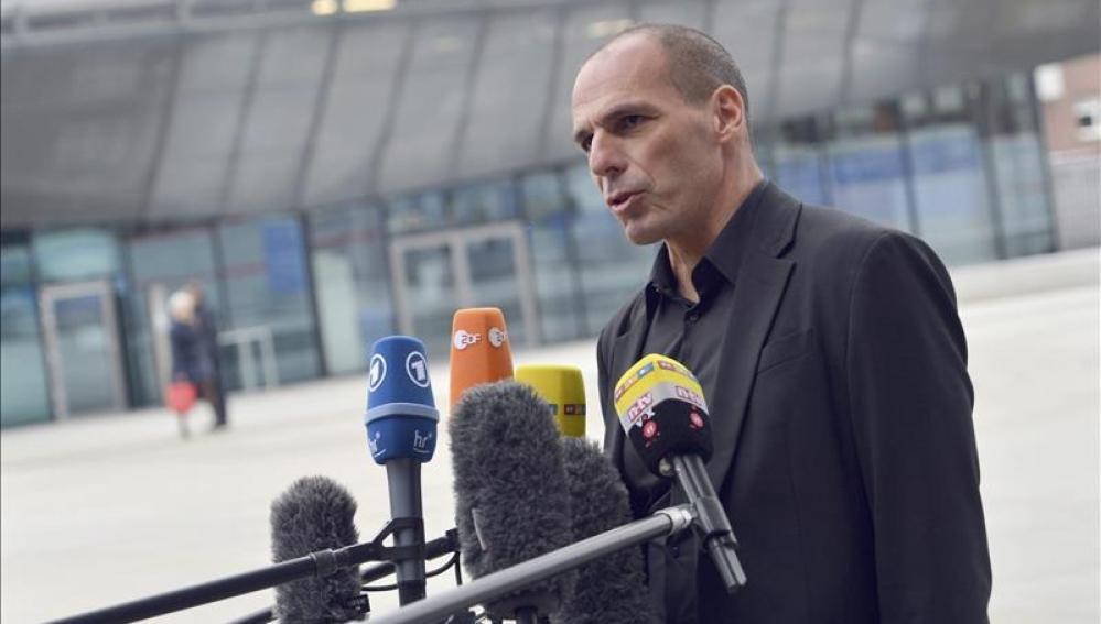 Varufakis se muestra optimista tras la reunión con Draghi en Fráncfort
