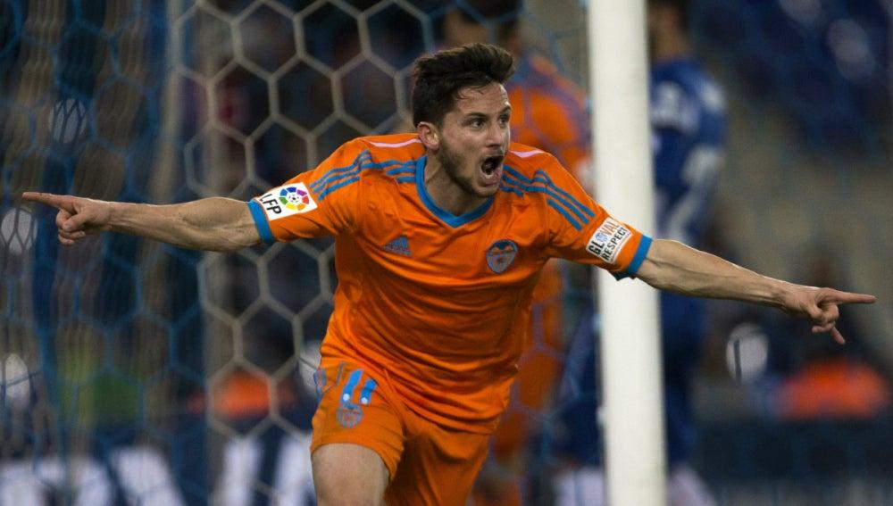 Piatti festeja un gol con el Valencia