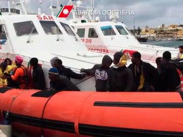 Un grupo de inmigrantes llegando al puerto de Lampedusa