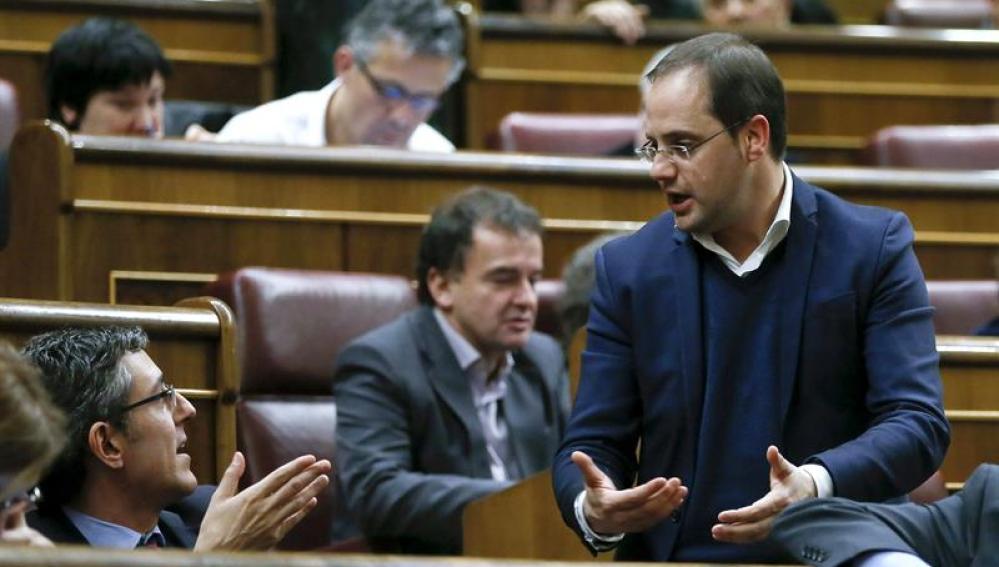 Eduardo Madina, conversa con el secretario de Organización del PSOE, César Luena