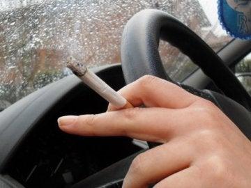 Conductor fumando al volante