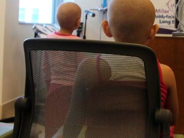 Dos niños enfermos de cáncer