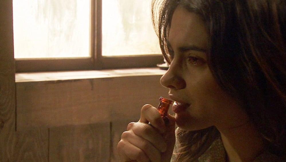 Puente Viejo C1010 - Inés toma el cianuro que Amalia le ha proporcionado