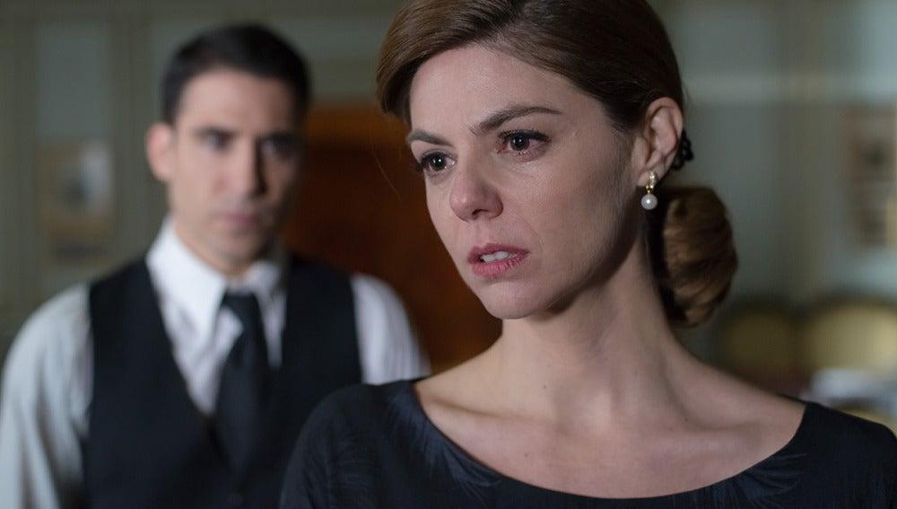 Cristina parece destrozada ante la mirada de Alberto