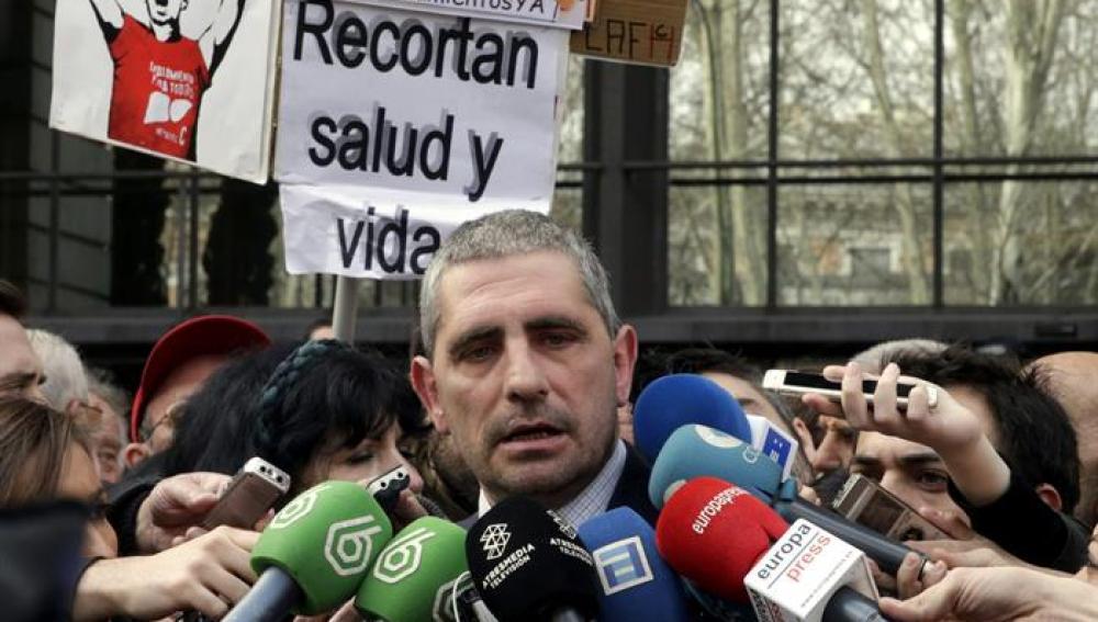 El presidente de la Plataforma de Afectados por la Hepatitis C, Mario Cortés, hace declaraciones a los periodistas.