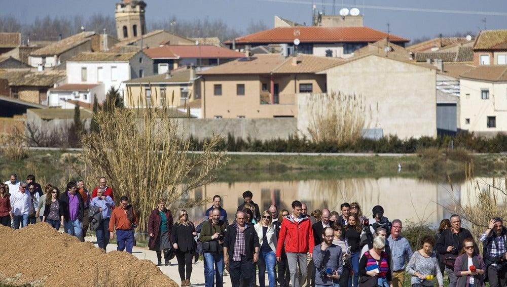 Vecinos de Pradilla del Ebro rodean a Pedro Sánchez
