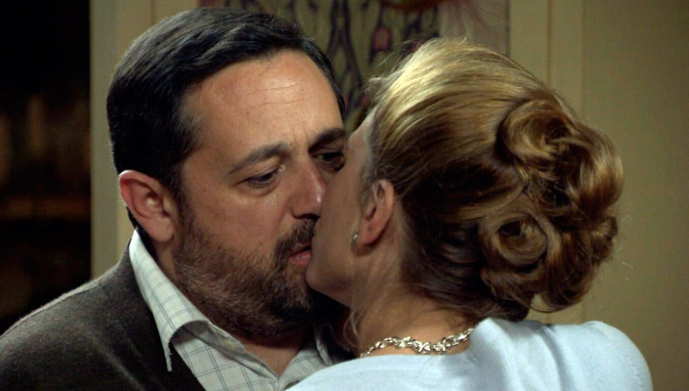 Encarna besa a Fortunato