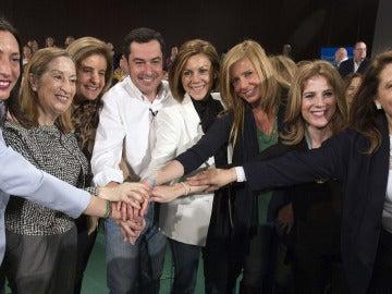 Juanma Moreno arropado por mujeres del PP