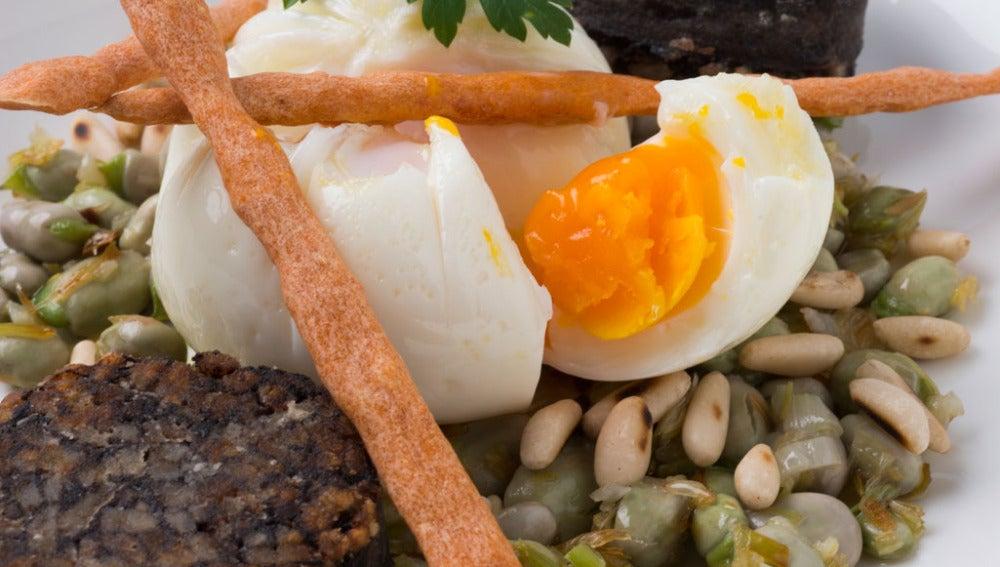 Habitas, morcilla y huevos con palitos de pimentón