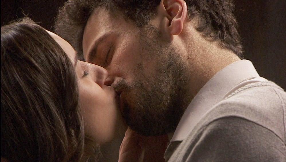 Puente Viejo C1027 - Aurora y Conrado se besan y reafirman su amor