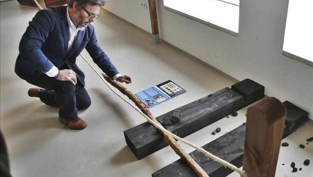 El director del Museo de la Mina de Arnao, Iván Muñiz, con el resto de las vías que se exponen en el museo