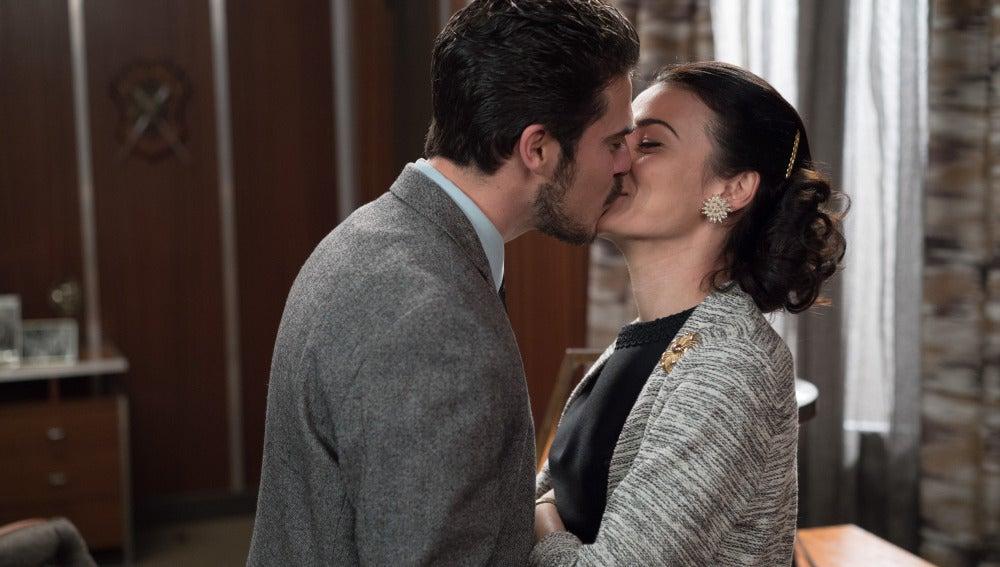 Jorge y Laura se besan