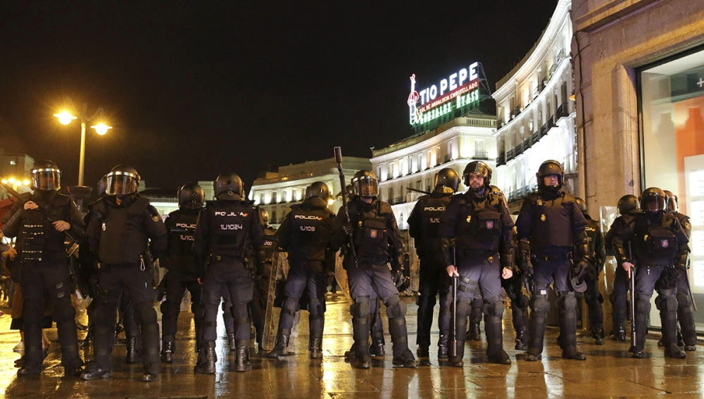 Antidisturbios en la Puerta del Sol ante los destrozos de grupos radicales en la calle Montera
