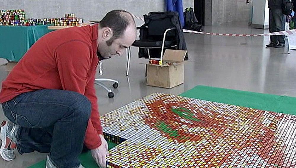 Campeón en resolver cubos de rubik