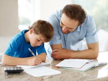 Padre ayudando a su hijo