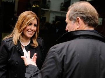 Susana Díaz conversa con un ciudadano en la plaza de la Encarnación de Sevilla