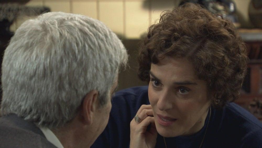 Benigna besa al comisario Arratia