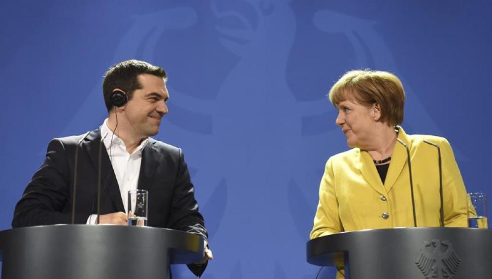Tsipras junto a Merkel durante su encuentro en Berlín.