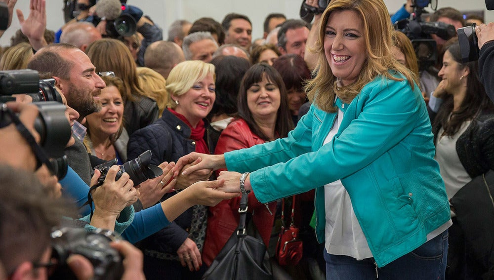 Susana Díaz saluda a varios simpatizantes tras ganar las elecciones en Andalucía