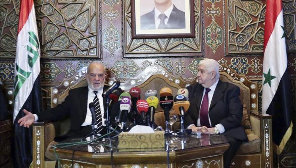 El ministro de Asuntos Exteriores iraquí, Ibrahim Al-Jaafari (i), ofrece una rueda de prensa junto a su homólogo sirio, Walid al Mualem (d)
