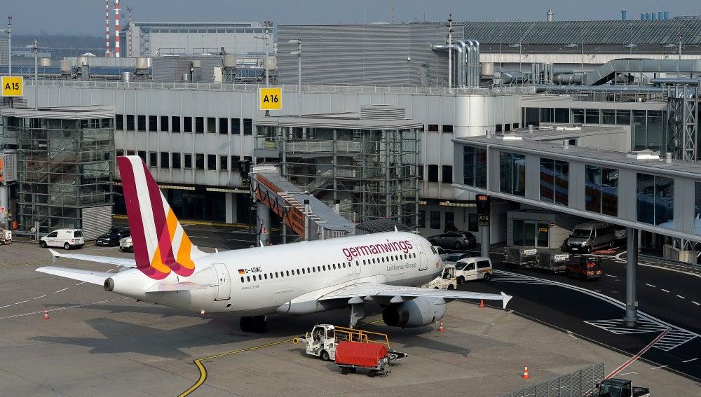 Un avión de la compañía Germanwings aparcado en el aeropuerto de Dusseldorf.
