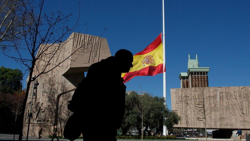 Bandera a media asta en Colón, Madrid