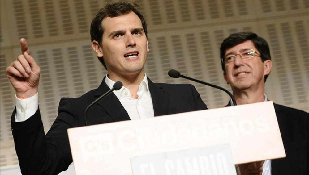 El lider nacional de Ciudadanos, Albert Rivera (i), acompañado por el candidato a la Presidencia de la Junta de Andalucia, Juan Marín