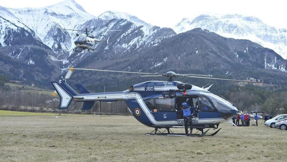 Un helicóptero llega a la zona del accidente en Los Alpes franceses.