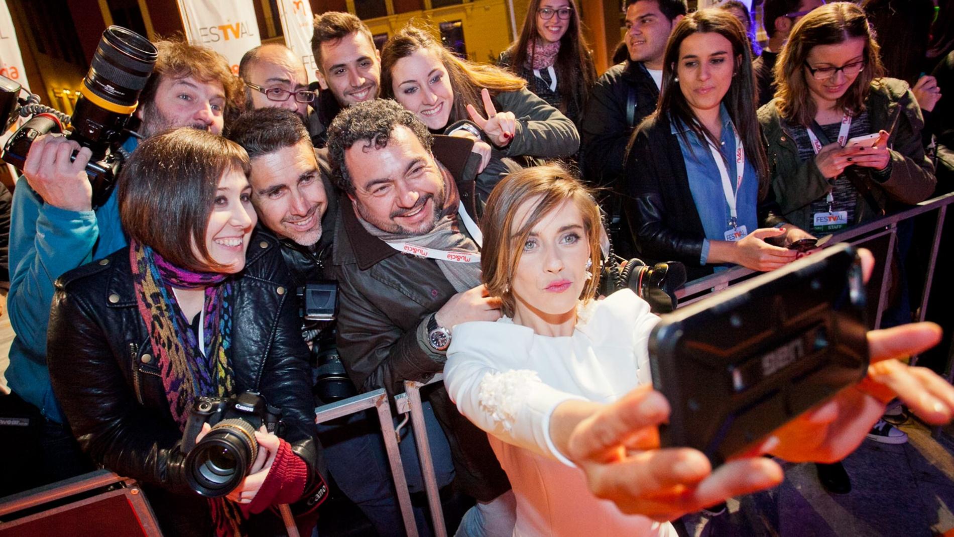 María León con los periodistas y compañeros