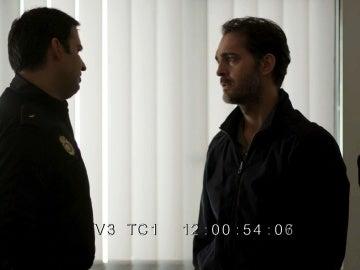 Roberto Vega habla con un policía