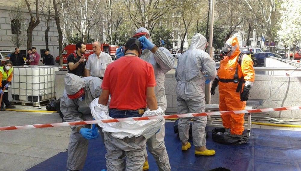Bomberos Ayto descontaminan al personal de Tedax, Samur y bomberos