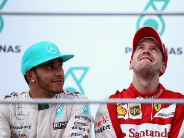 Vettel, emocionado, bajo la mirada de Hamilton