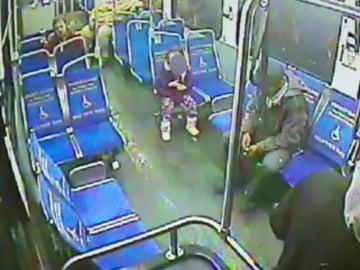 Una niña pequeña, sola en un autobús