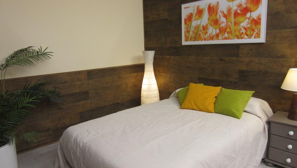 Antena 3 tv revestimiento de una pared con lamas de pl stico que imitan a madera - Revestir pared con madera ...