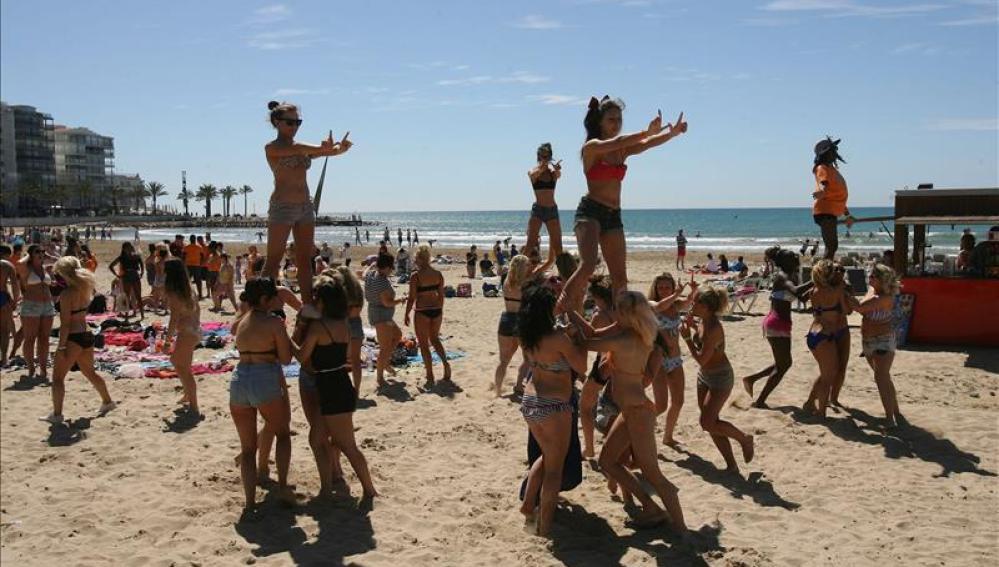 Jévenes británicos en la playa de Salou