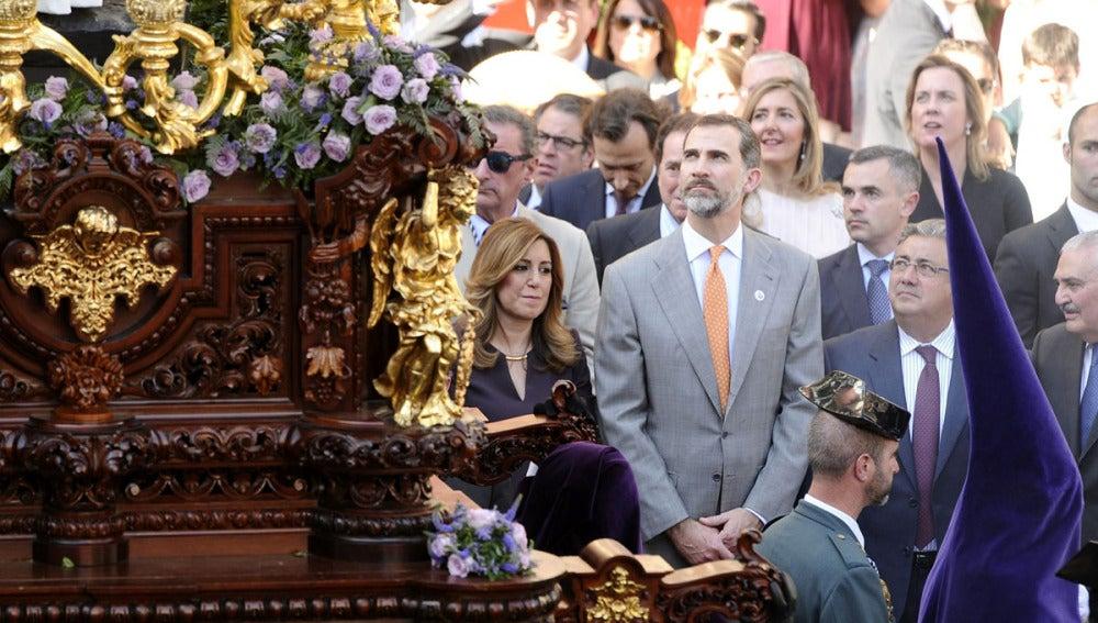 El Rey contempla el paso del Beso de Judas de la Herrmandad de la Redención