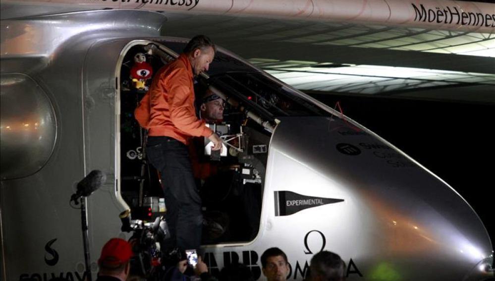 Los dos pilotos del avión impulsado por energía solar, Bertrand Piccard y Andre Borschberg.