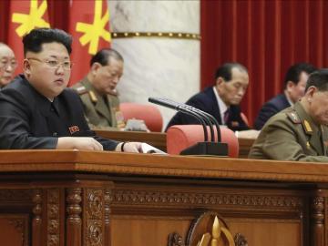Kim Yong Un, líder de Corea del Norte, en una reunión del partido central del país