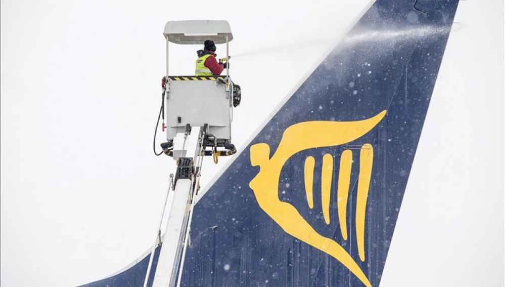 Un operario limpia la cola de un avión de Ryanair.