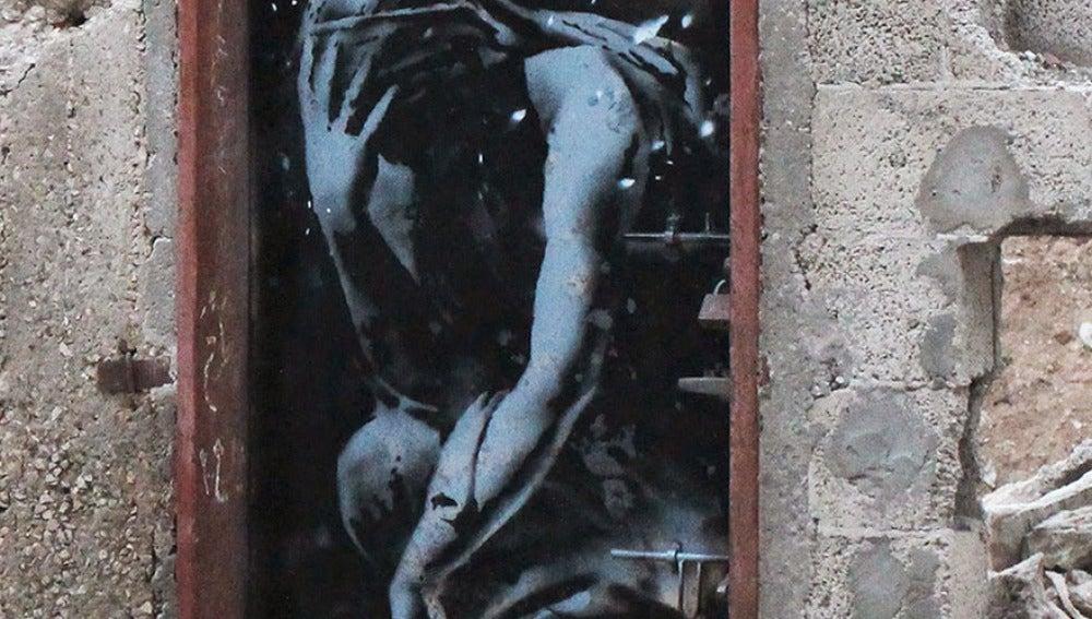 Obra de Banksy en una puerta derribada en Gaza