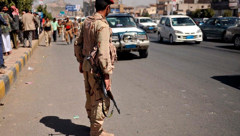 Un soldado controla la ciudad
