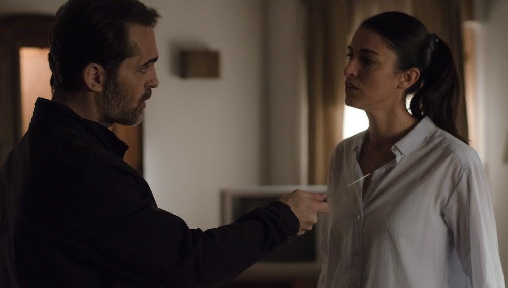 Roberto amenaza a Laura