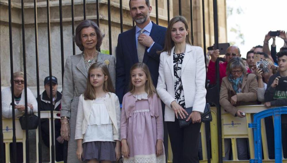 Los Reyes asisten a la misa de Pascua en Mallorca