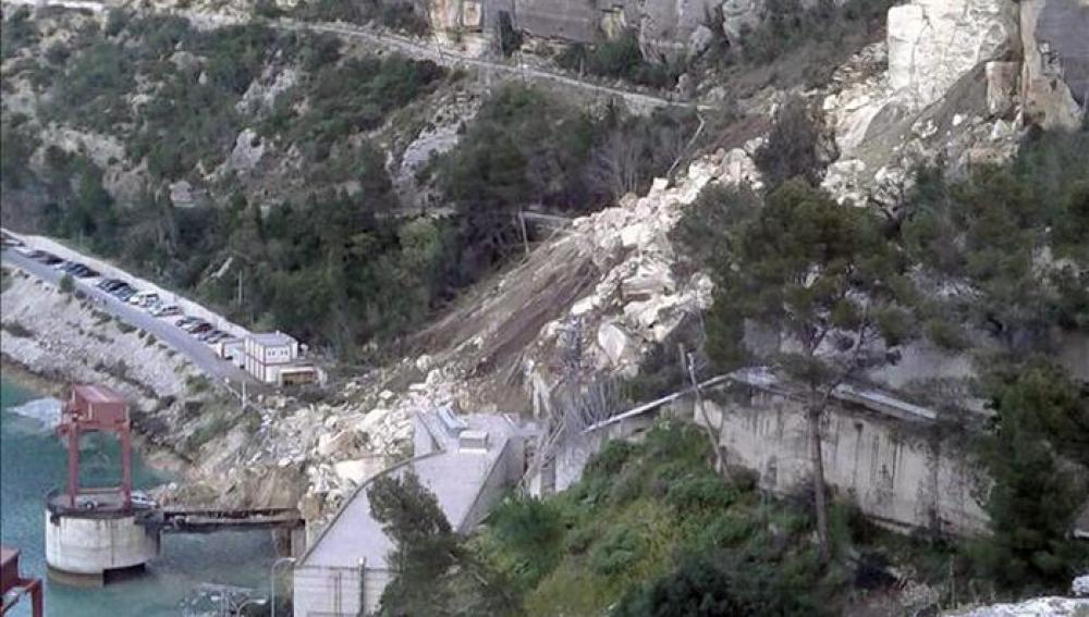 Desprendimiento de tierras sobre un túnel de la central eléctrica de Iberdrola en Cortes de Pallás