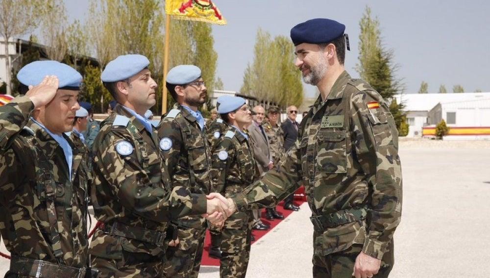 El Rey saluda a las tropas españolas en el Líbano