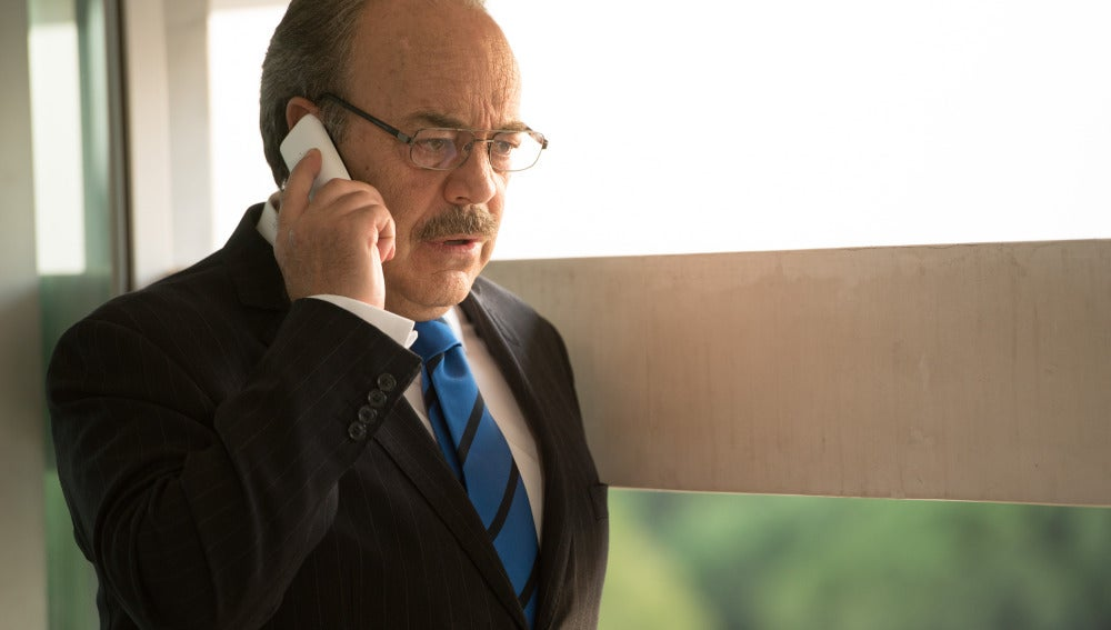Enrique habla por teléfono con María